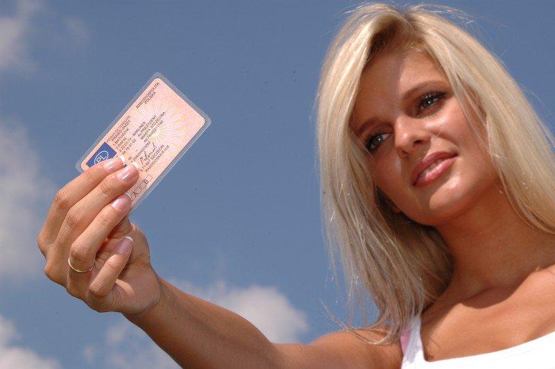 kobieta trzymająca w ręku prawo jazdy