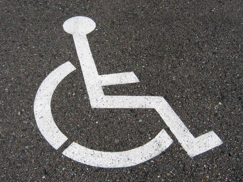 znak miejsce parkingowe przeznaczone dla osób niepełnosprawnych