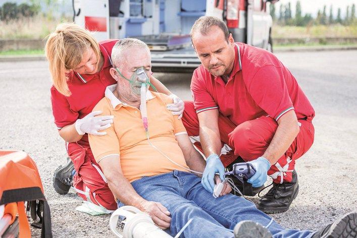 Zespół ratowniczy udzielający pierwszej pomocy