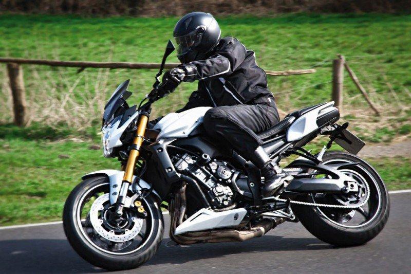 motocyklista jadący na motorze