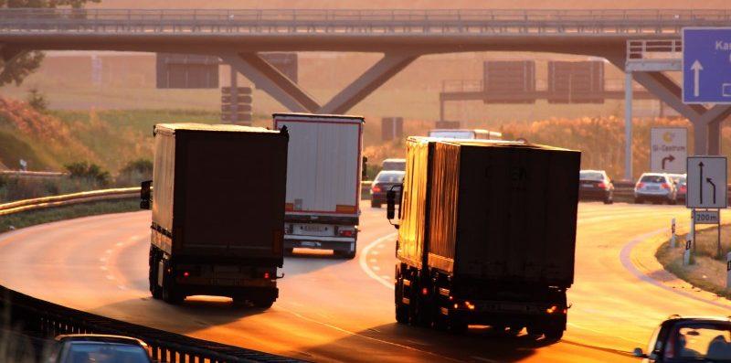 jadące ciężarówki