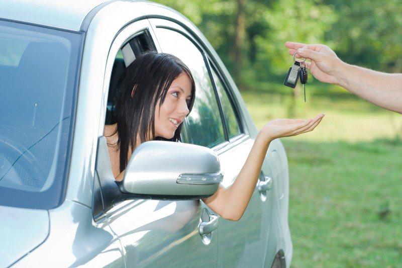 kobieta otrzymująca kluczyki do samochodu