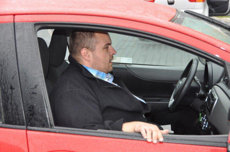 mężczyzna siedzący w samochodzie