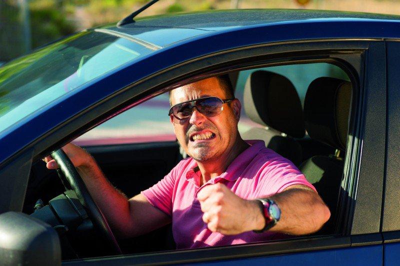 zdenerwowany mężczyzna za kierownicą