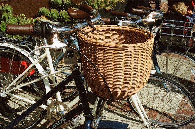 rower wraz z koszem wiklinowym