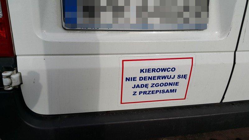 """naklejka """" kierowco nie denerwuj się jadę zgodnie z przepisami """""""