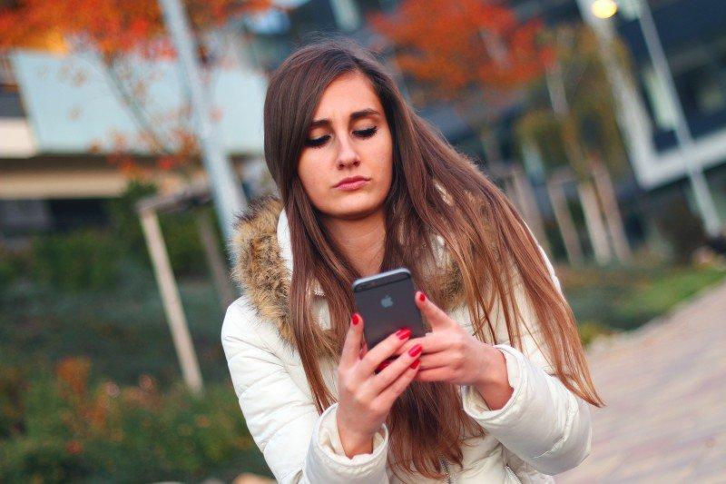 kobieta używająca telefonu komórkowego