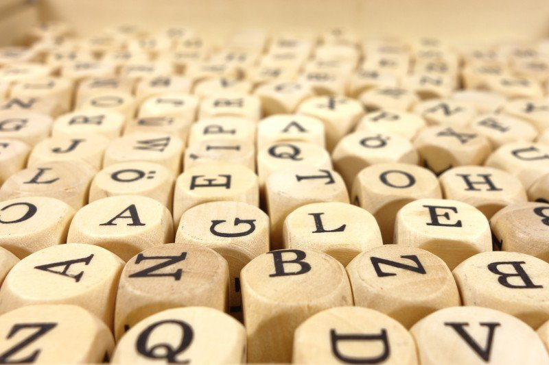 drewniane kostki alfabet