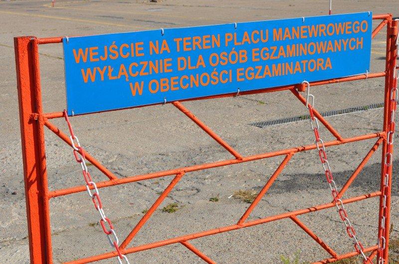 """Tabliczka """" wejście na teren placu manewrowego wyłącznie dla osób egzaminowanych w obecności egzaminatora """""""