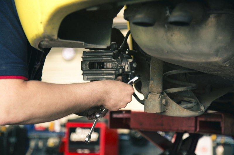 mechanik naprawiający samochód