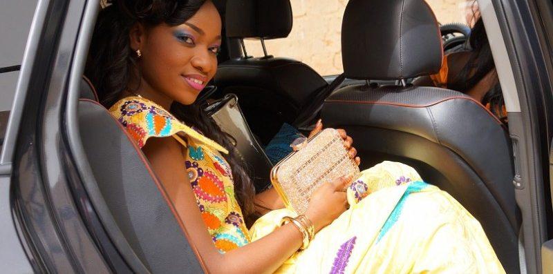 kobieta siedząca na tylnym siedzeniu samochodu