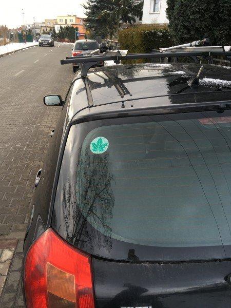 zielony listek przyklejony na tylnej szybie samochodu