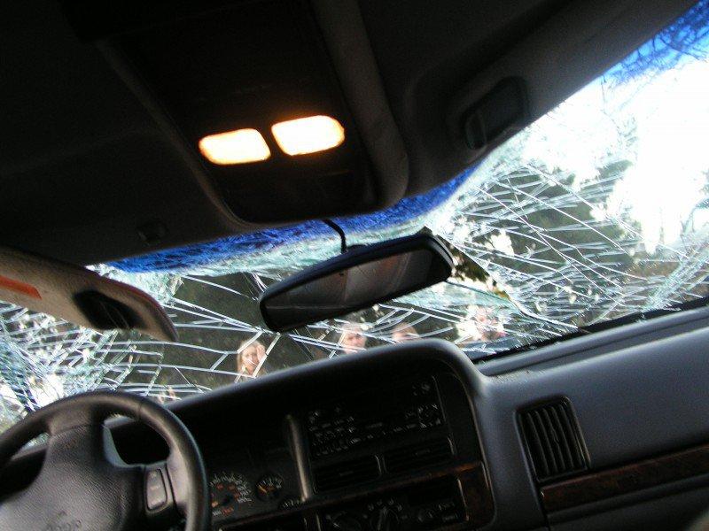 pęknięta szyba w samochodzie