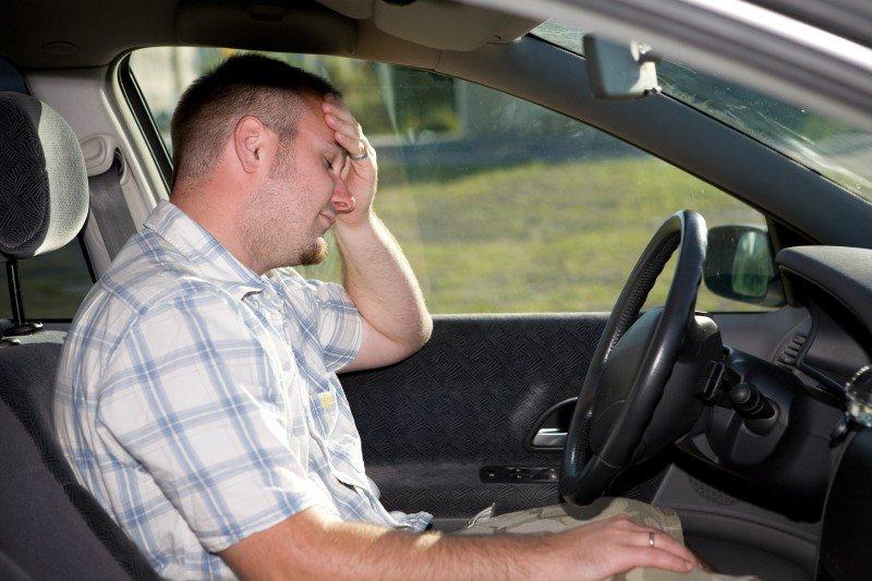 zmęczony mężczyzna za kierownicą