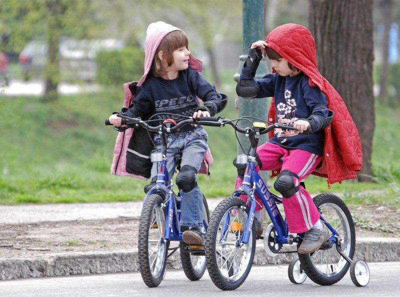 dzieci jeżdżące na rowerach