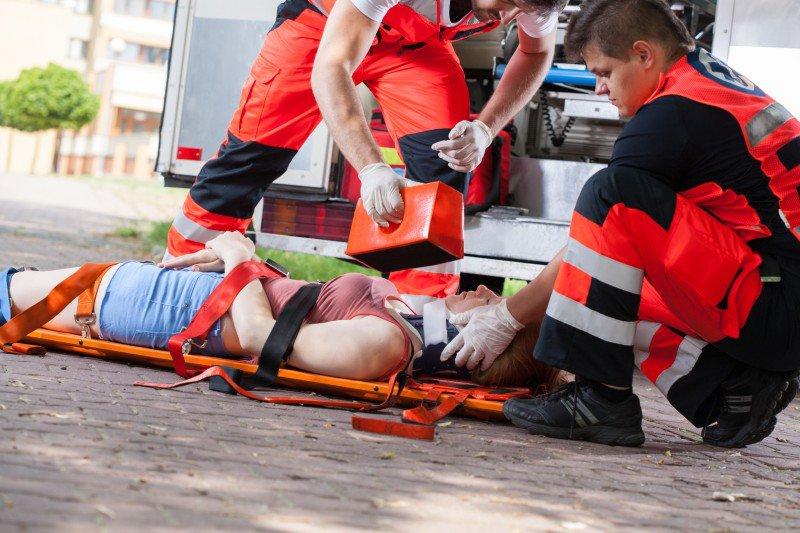 pogotowie ratunkowe ratujące kobietę