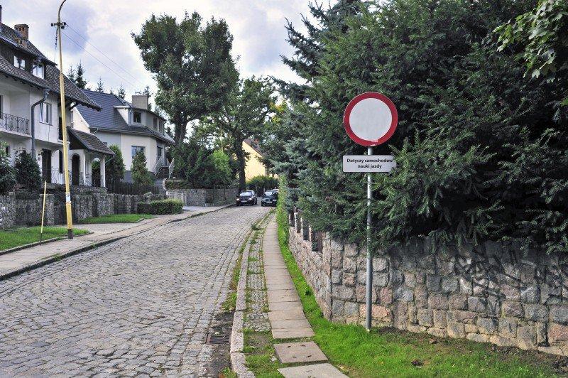 """znak """" Zakaz wjazdu - dotyczy samochodów nauki jazdy """""""