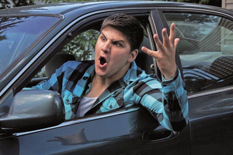 zdenerwowany mężczyzna krzyczący z samochodu