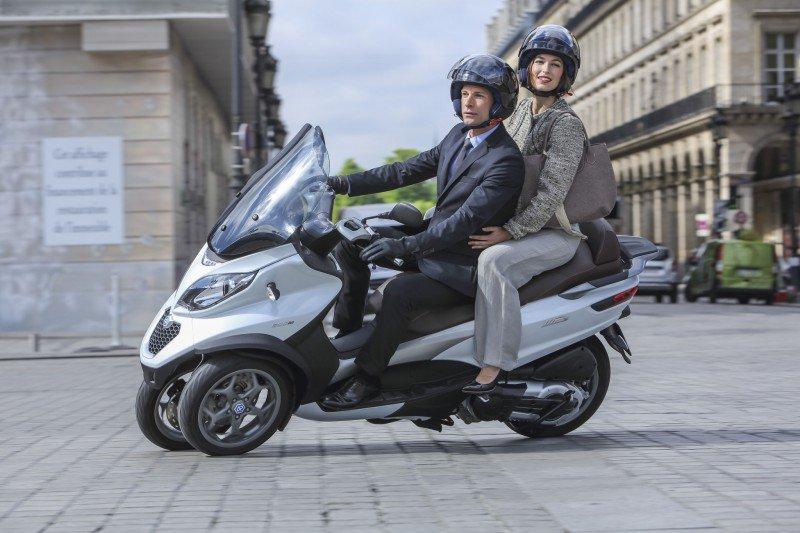 kobieta i mężczyzna jadący na motorze