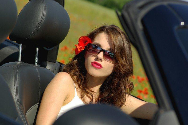 kobieta siedząca w samochodzie