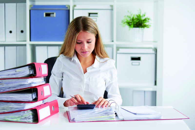kobieta pracująca z dokumentami