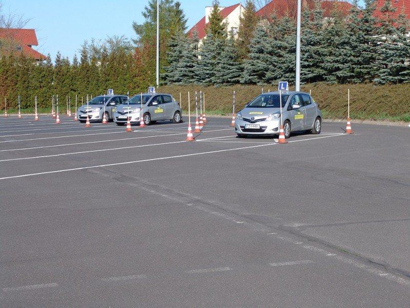 samochody szkoleniowe na placu manewrowym