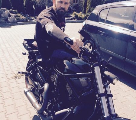 motocyklista na motorze