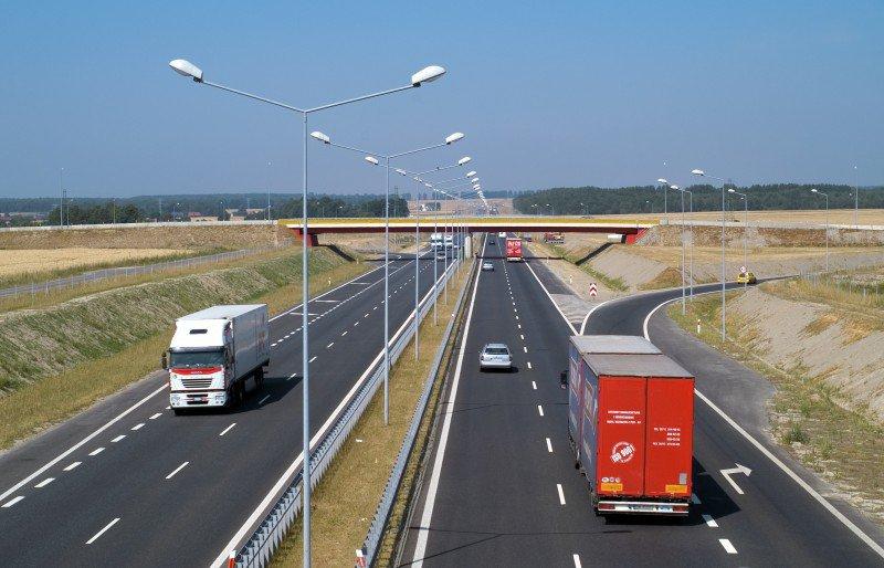 ruch drogowy na autostradzie