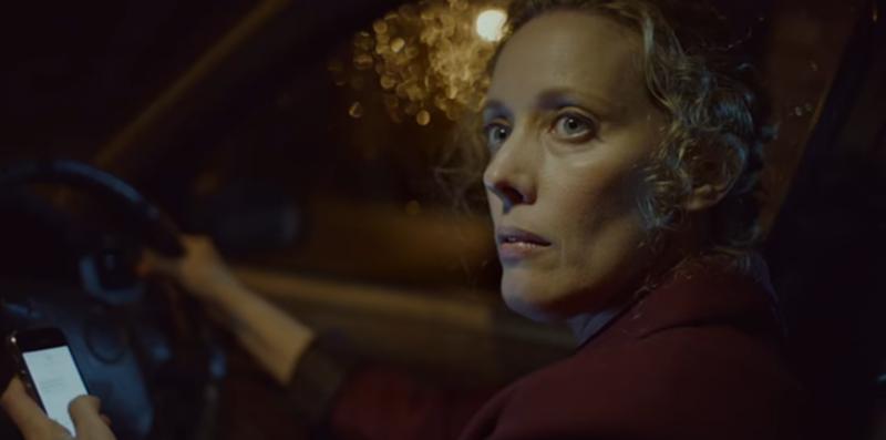 kobieta prowadząca samochód, używająca telefonu komórkowego