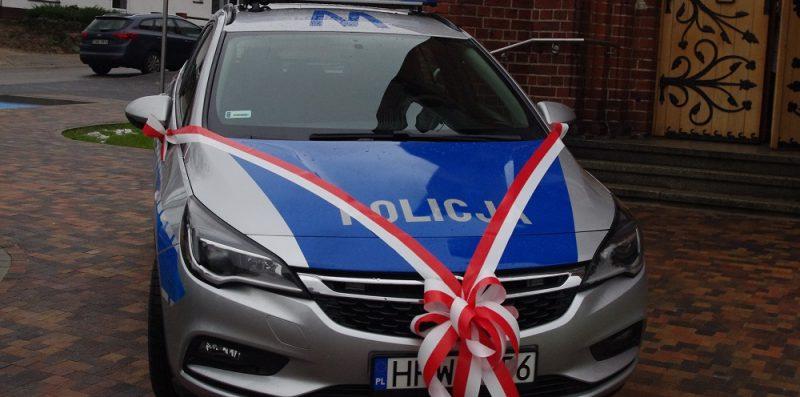 samochód policyjny obwiązany wstążką