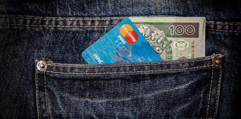pieniądze i karta kredytowa