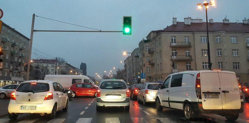 ruch drogowy na skrzyżowaniu