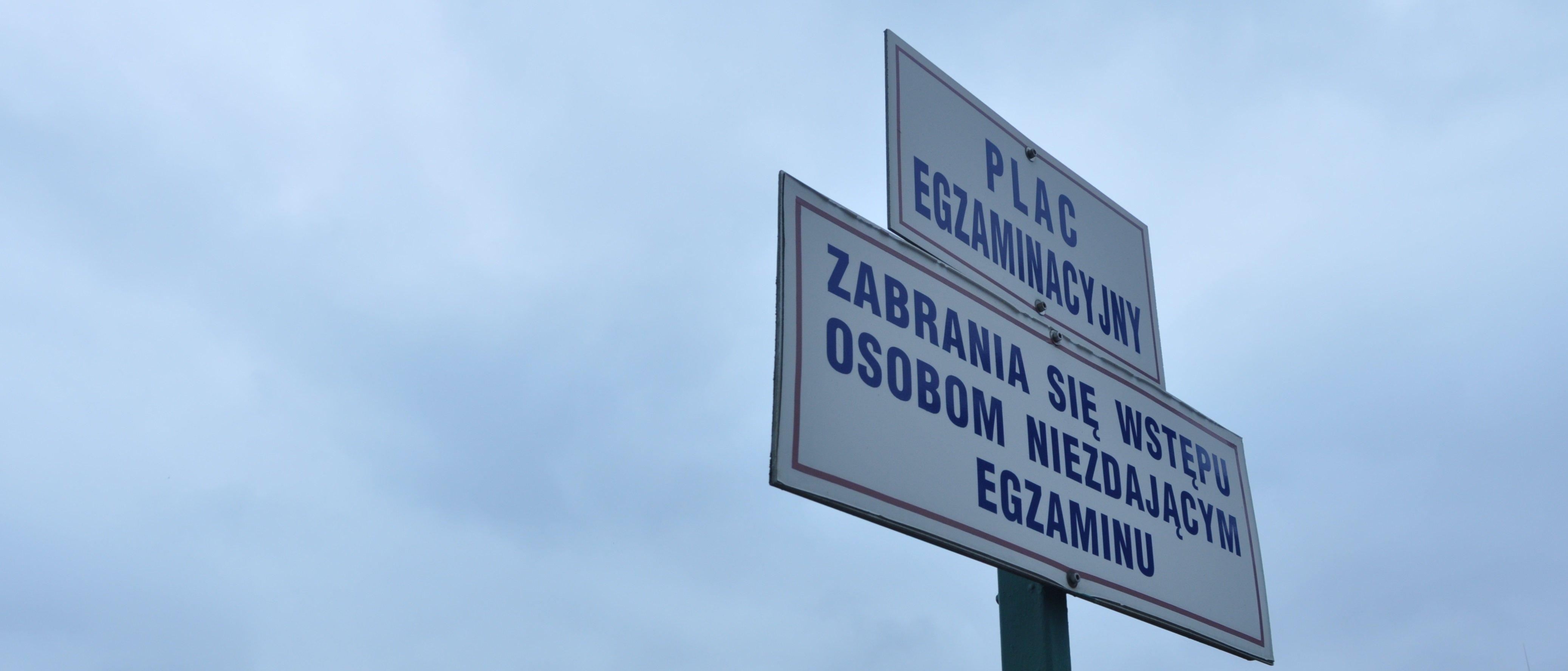 Tabliczki PLAC EGZAMINACYJNY ZABRANIA SIĘ WSTĘPU OSOBOM NIE ZDAJĄCYM EGZAMINU