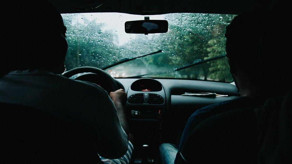 jazda samochodem podczas ulewy